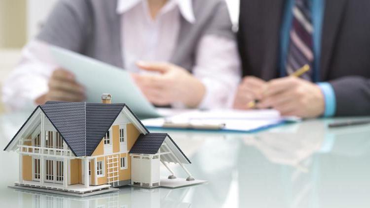 за счет вырученной стоимости погашает долги заемщика.